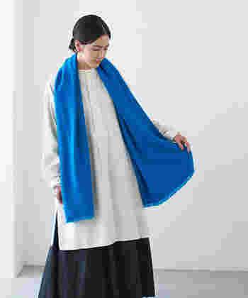秋冬のベーシックコーデのアクセントには、「ブルー」のマフラーやストールもおすすめですよ。こちらはウール80%・シルク20%を使用したネパール産のストール。美しい発色と柔らかい肌触りが特徴です。鮮やかなブルーはベージュやネイビーなど、ベーシックカラーのお洋服とも合わせやすく、幅広いスタイリングに活躍してくれます。