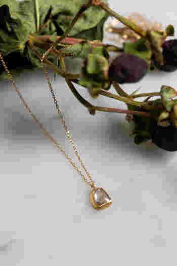 バラのつぼみのようなローズカットが可愛らしい、一粒ダイヤのネックレス。石の輝きをより引き立てることができるカットに加え、マットな質感の枠も個性的で、シンプルながらも存在感のあるジュエリーです。
