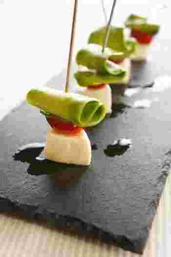 普段はスプーンやナイフでカットしてしまうアボカドも、ピーラーで剥いて、薄いスライス状態にすると、あっと驚くようなかたちにすることができます。