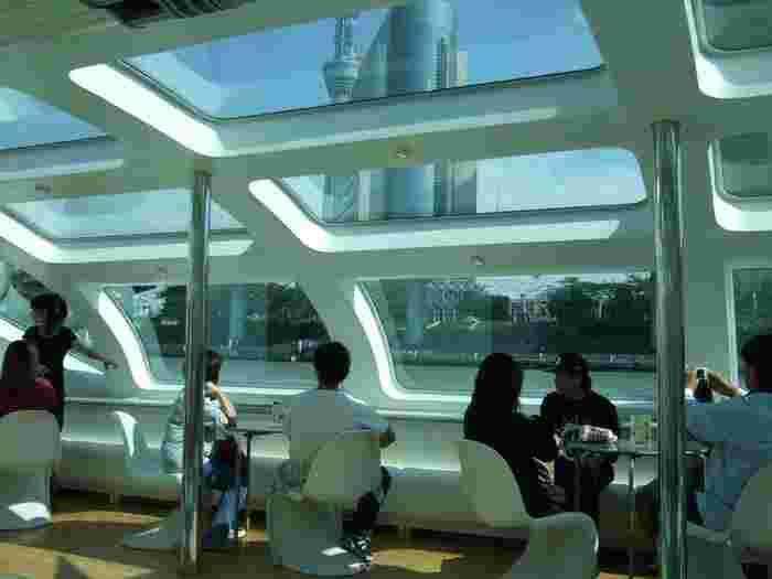 船の窓から眺める景色は、いつもよりも何だかゴージャスで優雅な気分にしてくれそう。船内には、洒落なカフェバーがあるのでお茶をしながら乗船できます。