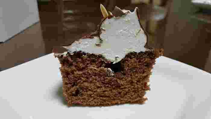 まだ生クリームが高価だった時代に誕生した、たぬきケーキは、お店によって土台となるスポンジケーキなどは違いますが、基本的にスポンジ生地の上にバタークリームをのせて、チョコレートでコーティングし、さらにたぬきの形や表情をつけて作ります。