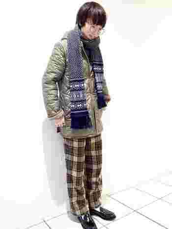 キルティングコートにチェックパンツをあわせたコーディネートはカジュアルによりがち。そこにローファーをあわせるだけでキレイめ感がUPします。