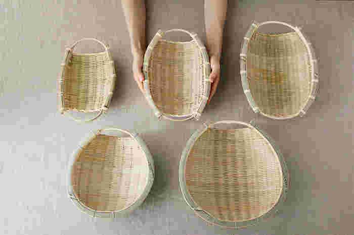 こちらは富山県に古くから伝わる竹細工でできた、機能的で美しい「片口丸そうけ」と「手つき楕円ざる」です。「そうけ」と呼ばれるざるは、お米や穀物を洗って水を切ったり、運搬するために使われる生活道具です。「片口丸そうけ」と「手つき楕円ざる」は、どちらも竹のなめらかな手触りと美しい編み目が特徴です。