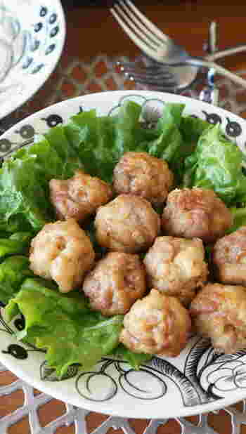 豚こま肉に塩麹を混ぜ込んで丸い形に揚げたレシピ。コロンとした形が可愛らしく、塩麹のおかげで冷めても軟らかなので、お弁当にぴったりなのが嬉しいです。