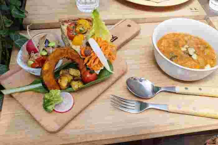 ランチの「季節の高原野菜とプチトマトの自家製ヴィーガンキッシュ」は、味もさることながら、木製の科ティングボードにセンス良く盛り付けられた料理の美しさも必見です。調理法の異なるお野菜は、ヘルシーで体の中からキレイになれそうですね。