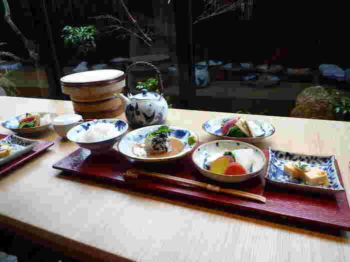 写真は、お店自慢の「鯛茶漬け御膳」。特製胡麻だれの上に美しく盛られた真鯛の薄造りに、煮こごりなど他に鯛の一品がつき、京の野菜、香の物と甘味までついています。まずは鯛を刺身として、次にご飯の上にのせてお茶漬けとして二度おいしくいただくことができます♪