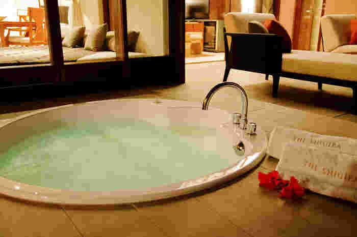 ジャグジー付きのスイートルームや、カジュアルに泊まれるホテル、住みように暮らせるお部屋など様々なタイプがあります。施設内から海まではすぐの場所にあり、ビーチハウスやプールや温泉も完備されています。
