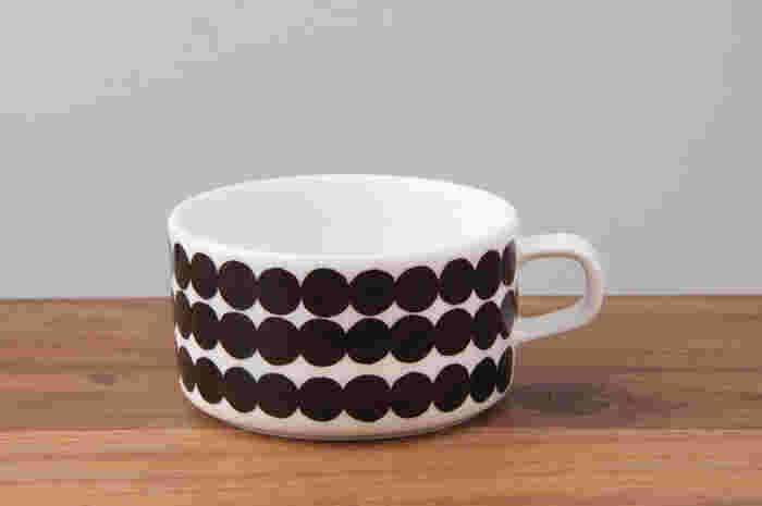 北欧ブランドの定番、「marimekko(マリメッコ)」のティーカップ。口が広く、個性的な形が可愛らしいですね。モダンなモノトーンパターンがおしゃれ。贈り物にも喜ばれそうです。