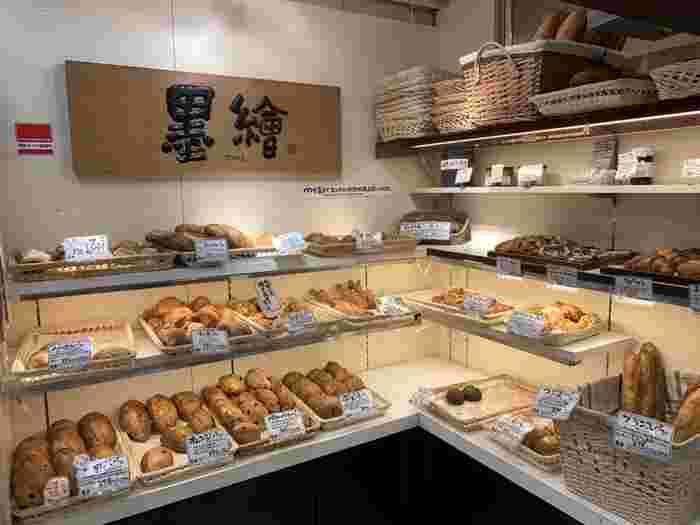 もちもちのパンを求めて多くの方が訪れる「墨繪(すみのえ)」。新宿に位置しながら、そのコスパの高さに驚きます。オニオンパンは120円、クロワッサン150円、チョコレートパンは150円……など。ずらりと並びパンはまさに宝石のよう。
