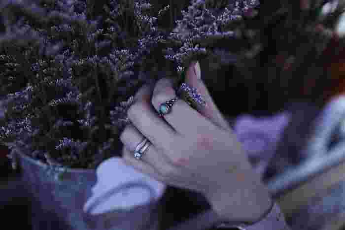 """左手薬指に込められた意味は、「愛の進展と絆」が最も代表的です。古代ギリシャ時代から、左の薬指には心臓につながる太い血管があると信じられていて、""""命に一番近い指""""と呼ばれるほど、とても神聖なものだったそう。"""