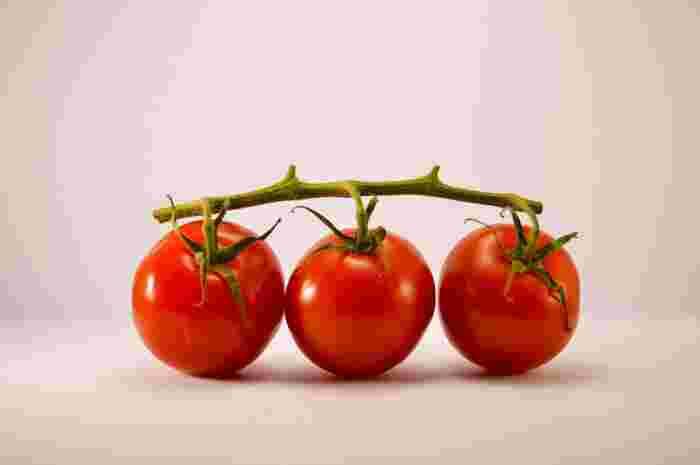 トマト、かぼちゃ、にんじん、ほうれん草など緑黄色野菜に多く含まれます。免疫機能を高め、ハリや潤いを保ち、紫外線による肌の老化を予防します。にんじんだと約3本ほどで理想量に達すると言われています。スープや副菜でうまく取り入れたり、100%野菜ジュースを意識的に摂るようにしたりと工夫してみましょう。
