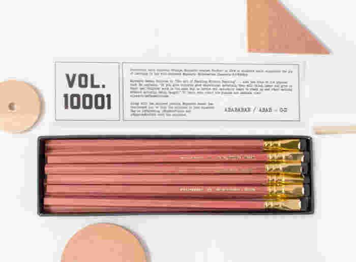 1998年までアメリカのEberhard Faber(エバーハード・ファーバー)が製作していた鉛筆BLACKWING。惜しまれつつ生産終了した人気シリーズが、<Palomino>から復活しました。その名も「10001(壱万壱)」。数学教師の宮本哲也氏に敬意を表して作られたモデルです。