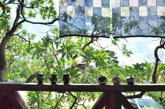 沖縄のあのゆったりとした暮らしのリズムを、日常でも感じることができたら、心も穏やかに癒されそう♪普段の暮らしの中に沖縄らしい伝統小物や本場の食などを取り入れて、スローな夏を過ごしませんか?
