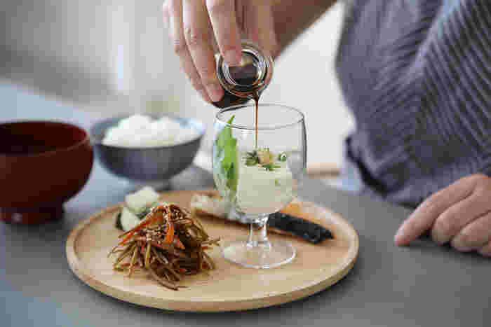 【VICRILA(ヴィクリラ)】は1890年創業のスペインのガラスメーカーです。こちらの【Gaudi(ガウディ)】は、カジュアルなデザインのアイテムを良心的な価格で購入できるシリーズ。背の低いワイングラスは、こんな風に和食の盛り付けに使うのも新鮮ですね!