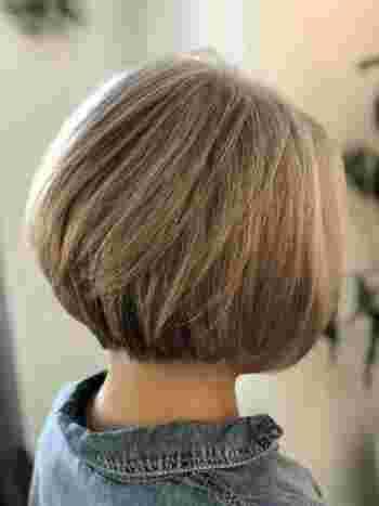 カットの仕方で頭の形もカバーできるので、横からも後ろからもおしゃれなシルエットになります。明るめのグレージュカラーで黒髪を染めておけば、伸びてきた白髪も気になりません。