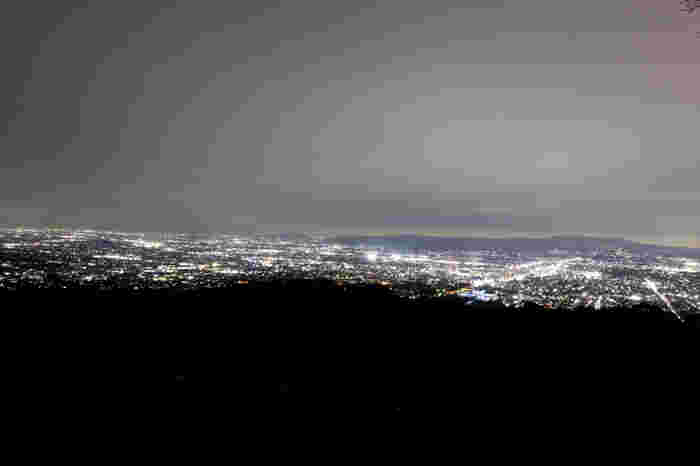 若草山は夜景スポットとしても人気の場所です。若草山山頂からは、一面に広がる奈良市街地の素晴らしい夜景を臨むことができます。
