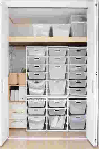 クローゼットや押入れなど、「見えない部分」の収納に物や服をぎゅうぎゅうに押し込んでしまっている…ということはありませんか?無造作にたくさんの物を詰めてしまうと、いざという時に収納の扉が開かず、必要な物を取り出すことができなくなってしまうかもしれません。プラケースや衣類ケースなどの収納用品を上手に活用して、すっきりとしまっておけるように意識してみましょう。
