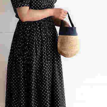 ラフィアと麻を使った可愛らしいミニかごバッグ。丸みのあるシルエットが女性らしく、ワンピースやスカートのコーデにもピッタリです。柔らかいカゴバッグは、かさばらないのでヘビロテで使えますよ。