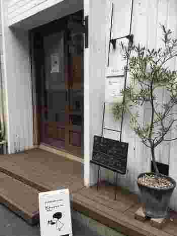 ウッドデッキのナチュラルな佇まいが素敵なお店「カナム」。西荻窪駅南口、仲通街を抜け小道を入ったところにあります。