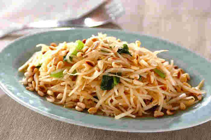 大根の白い根の部分皮ごとと、大根葉を両方食べられる欲張りな和えものレシピです。一皿で大根まるごとが味わえますね。アクセントの松の実、和えタレにいれるニンニクが全体の味を引き締めてくれます。