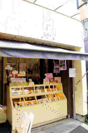 """谷中は""""ネコの街""""とも呼ばれるほど、街のあちこちでネコに出合えます。谷中銀座商店街にある「やなか しっぽや」は、ネコをモチーフにした焼ドーナツが人気のお店。"""