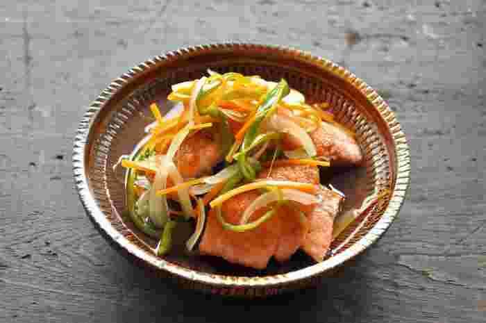 揚げて漬けることの多い南蛮漬けをフライパンで焼くだけで仕上げる、より手軽なレシピです。玉ねぎやピーマンなど野菜もたっぷり一緒に漬け込むので、栄養バランスも抜群。見た目も鮮やかで食欲をそそりますね。