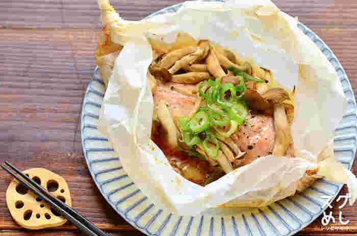 材料を全てクッキングシートで包んで、あとはオーブンで焼くだけで簡単にできる「鮭とキノコのバター醤油包み焼き」。 香りのいいキノコとバター醤油の風味が食欲をそそります。 ジューシーに仕上がった鮭もふわふわな食感で、お魚と野菜が一度にいただけてバランスも抜群です。  ▼栄養ポイント▼ 体を作ってくれるタンパク質が豊富で消化吸収がいい鮭には、その他に美肌効果の高いアスタキチンサンや、脳や血液にもいいDHAやEPAといった必須脂肪酸も豊富に含まれています。 食物繊維が豊富で低カロリーなきのこを合わせることでさらに満足感がアップします。