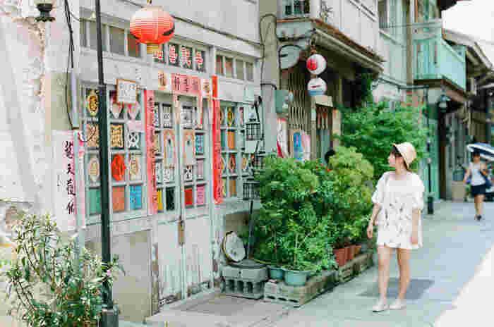それでは早速、台南のおすすめ観光スポットをご紹介していきます!ひとつめは、レトロでおしゃれな建物が数多く並ぶ小さな路地、「神農街((神農老街)センノンジエ)」です。