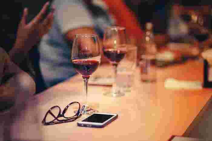 ときには、仕事の打ち上げや懇親会で、お酒を飲む夜もあると思います。アルコールは飲んだ瞬間は身体がほてりますが、その後急激に身体を冷やしてしまい、水分も奪われてしまうので、温活にはあまりおすすめできません。  それでもどうしても…という場合は、ビールなら「黒ビール」、ワインなら「赤ワイン」をチョイスしてみて下さい。少しずつ飲むことで、程よいリラックス感と血液の巡りを実感できると思います。  お酒を飲む前に、温かい飲み物を胃に入れておくのも効果的です。