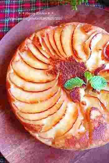薄くスライスしたリンゴを下側にきれいに並べて焼き上げ、静かにひっくり返すとこんなに見栄えの良いケーキが出来上がるなんて驚いてしまいます。表面のリンゴをきれいに見せるために、生地を入れたらゆすったりせずじっと焼き上がりを待ちましょう。