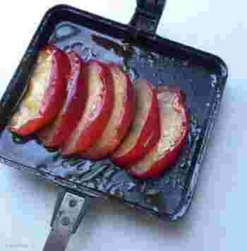 オーブンよりも楽々♪焼きりんごもバウルーで作れます◎ホットサンドに添えればおしゃれなワンプレートが簡単に出来ちゃいますね。