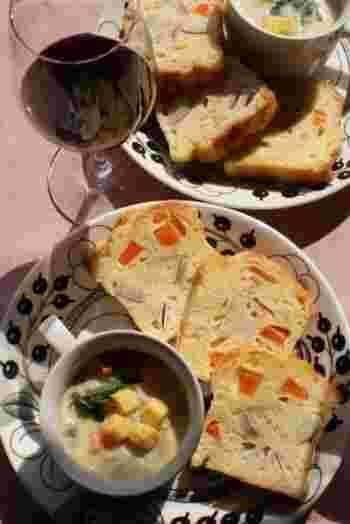 根菜と豆乳を使ったケークサレ。断面を見せて、お皿に盛り付けると豪華です。ワインと合わせて、おしゃれなディナーに。