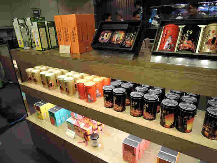 食後に、お茶のお土産選びができるのも「金品茶樓」ならでは。台湾の観光地などがプリントされたパッケージなので、台湾らしいお土産候補におすすめです。