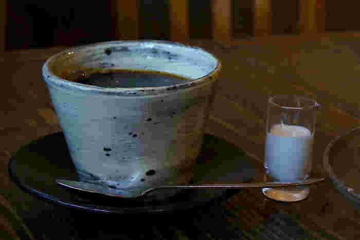 ドリップのホットコーヒーは器も素敵。2階フロアでは器などの展示販売も行われていて美味しいコーヒーをいただいた後は素敵な陶器などのアイテムをチェックすることもできますよ。
