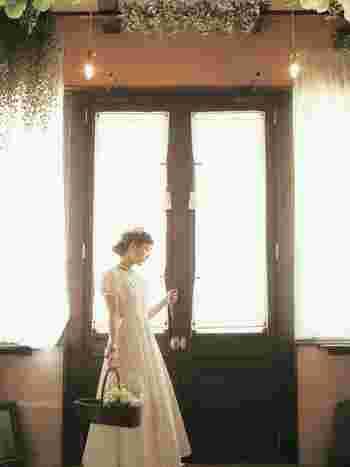 レストランウェディングやガーデンウェディングには、清楚なワンピースみたいなウエディングドレスも素敵。まるで、昔観た映画のヒロイン気分♪