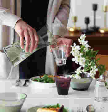 ただの水が、北欧の飲み物に変わる瞬間。  カルティオピッチャーは北欧の息吹も注ぎ込みます。