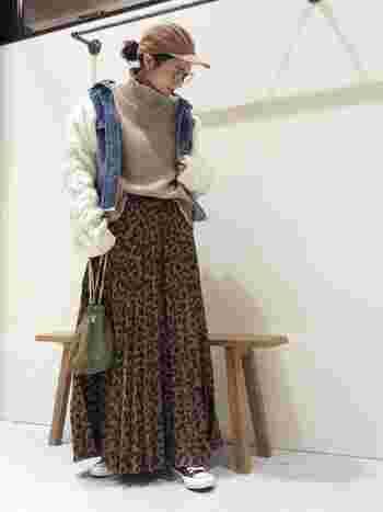 今人気のレオパード柄のロングスカートは、その他は全てメンズライクなアイテムで揃えてコーディネートを統一。そうすることでスカートの可愛さが前に出過ぎない、程よいカジュアルコーデに仕上がります。
