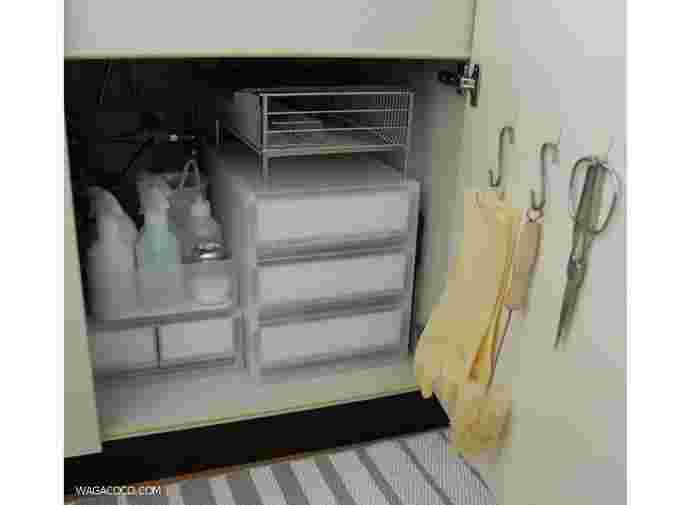 奥行きを生かして引き出し式の「無印良品ポリプロピレンケース」をセットし、備蓄食を収納。ケースの上には、使わない時は場所ふさぎな水切りかごを。