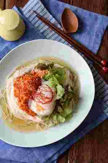食欲がない時期でも、キムチと温泉卵のコンビニは心惹かれます♪ めんつゆでほんのり冷麺風アレンジ。