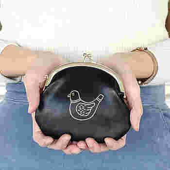 鳩の箔押しがレトロかわいいがま口です。コロンとしたシルエットも昔ながらでキュートです。
