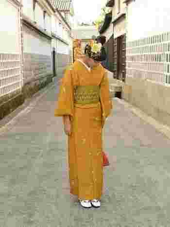 着物や髪飾りまで、全体的な色のトーンを合わせて、どことなく大正~昭和を感じさせるレトロな着こなしです。景観ともマッチしていて、どこかタイムスリップしたような感じです。