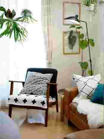 シンプルなデザインのソファーだから、存在感あるクッションやファブリックとの相性も良好。ダークブラウンの細身のフレームが、お部屋の印象を引き締めてくれます。