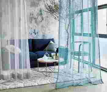 壁紙を変えたりするのは至難の業ですが、ブルー系のレースカーテンを壁や空間にふわりと垂らすのもひとつのアイデア。ちょっぴり涼しげで幻想的な空間を演出できます。