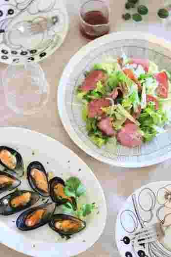 急な来客のおもてなしや、日々のご飯作りが大変なら、お惣菜に頼ってもいい。コンビニでもスーパーでも、美味しく作られたお惣菜がたくさんあります。お惣菜をパックから出して、お気に入りの器に盛りつければ、ほら、たちまちおしゃれなテーブルの出来上がり♪