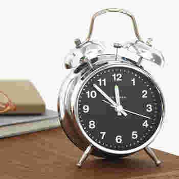 見ただけでアラームの音が想像できそうな目覚まし時計ですね♪1950年代のデザインをモチーフにしたとされる、レトロな雰囲気も魅力です。機能的にも、針の先にあるマークとダイアルの3の倍数のインデックスが蓄光仕様になっており、暗闇の中でもひと目で時刻を確認できる、スグレモノです。
