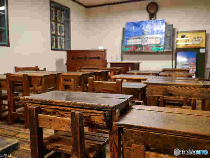 外観だけでなく、内部も当時の様子を忍ばせる作りが保たれています。窓の作りや昔の教室の机や椅子など、実際に見て思いを馳せたい。