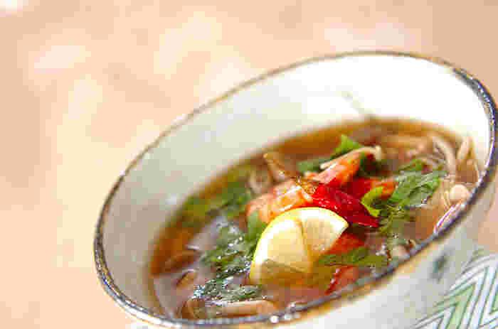 合わせスープで簡単に作れるトムヤムクン風のエスニックスープ。生姜がきいたさっぱり目のお味の中に、赤唐辛子のピリッとした辛さがたまりません。体がポカポカ温かくなりますよ。