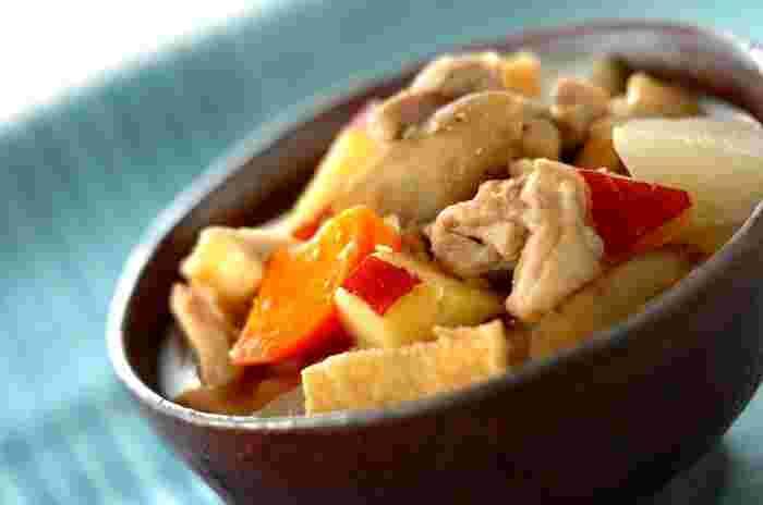 「さつま汁」は、かつて薩摩藩士が闘鶏で負けた鶏をぶつ切りにして、味噌味の汁にしたのが始まりだとか。鹿児島らしい無骨な汁物で、特産のさつまいもを入れることも多いそう。江戸時代、日本には肉食の習慣はなかったのですが、薩摩だけは鶏や豚を使った汁があったようです。