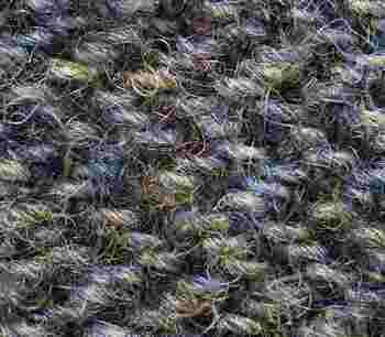 染料は、そのままでは繊維に定着しません。そこで、繊維と色素を結びつける「媒染」が必要に。媒染には、アルミ媒染剤(みょうばん)、銅媒染剤、鉄媒染剤などがあり、媒染の種類によって同じ染料でも仕上がりの色が変わるのが草木染めの面白さです。