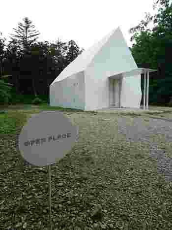 すぐ近くに建つ、同じく真っ白な外観が印象的な三角屋根の建物。こちらはレンタルスペースとして、各種展示会や、ライブなどのイベントが開催されています。そしてときには結婚式を挙げるカップルもいるとか。緑に包まれた真っ白な建物での挙式、とても素敵ですね。